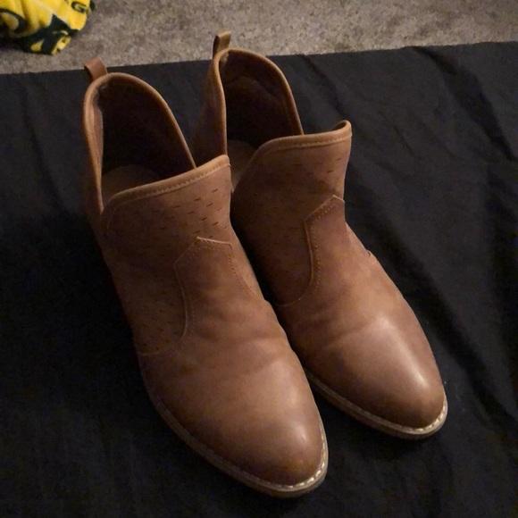 Report Shoes - Women's low cut boots.
